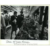 1983 Press Photo Two women tour Vincent's greenhouse, Vincent High School
