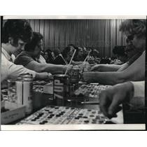 Press Photo Players Sip Refreshments Playing Bingo - mja06342