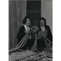 1986 Press Photo Project assistant Karen Olsen and curator Jane Brite