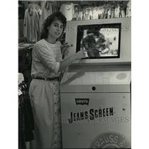 1988 Press Photo Mary Beth Sinicki, manager of Designs stores w/ JeansScreen