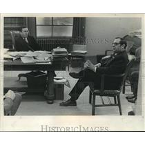 1972 Press Photo Atty. EM McCann & Atty. Gen. Robert Warren conferred in office