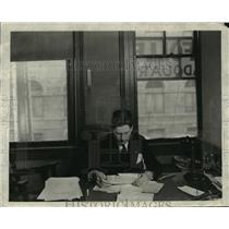 1920 Press Photo Gov Phil LaFollett, reading message any salutation  - mja15422