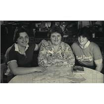 1985 Press Photo Darlene Banaszynski & daughters plan a Girl Scout trip