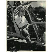 1984 Press Photo Pilot Searles flew Gov. Earl to Barneveld to survey damage