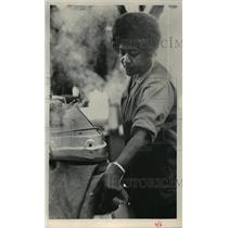1984 Press Photo Lakie Spell, worker at the Adelman Laundry & Dry Cleaners