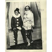 1935 Press Photo Mr & Mrs Harold E Holbrook Jr in their Halloween costumes