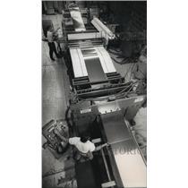 1989 Press Photo Workers David Baumgart & Ronald Dunn at the Basic Metals Inc