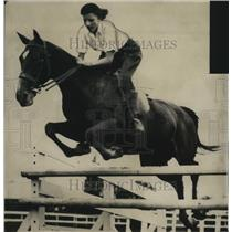 1934 Press Photo Virginia Stevens riding Ima Fox at horse show - mja17609