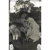 1928 Press Photo Mrs Walter J Kohler w/ grandson Jimmy - mja14576