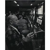 1993 Press Photo Man playing slot machine at the Ho-Chunk casino in Lake Delton