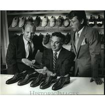 1983 Press Photo Discussing the new line of Meridien shoes at Allen-Edmonds Corp