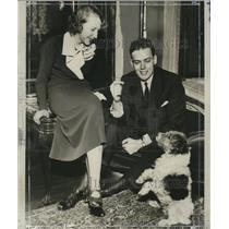1934 Press Photo Mr. & Mrs. Wayne Vincent Brown watch pet dog Micky - mja18643