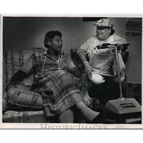 1988 Press Photo Cynthia Bentley w/ her friend & neighbor Barb Caponigro
