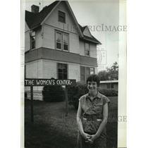 1982 Press Photo Pat Baker outside The Women's Center in Waukesha - mja10107