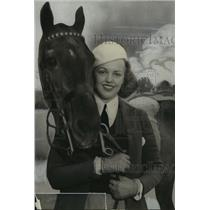 1933 Press Photo Ruth Davis, young lady in closeup with the horse  - mja16140