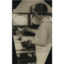 1928 Press Photo Mrs Walter J Kohler cooking - mja14575