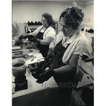 1987 Press Photo Phyllis Dean & Coleen Kelling of Allen-Edmonds Shoe Corp