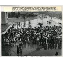 1924 Press Photo Crowd in Rain Buys Tickets To Watch Gaylord Perry of Indians