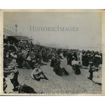1900 Press Photo World's Fair Crowd Lines at Lake Michigan Shore - ney08367