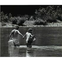 1982 Press Photo Doug Waumbaugh & Ann Marie Neuman at Sandy River near Troutdale