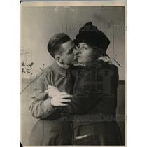 1922 Press Photo John McHenry Kissing Mother Goodbye in Jail - nef03121
