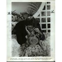 1982 Press Photo John Ritters Whispers Sweet Nothings into Glamorpig's Ear