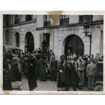 1938 Press Photo Crowd forms in front of Paris home of Socialist Leader