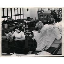 Press Photo Kathern Markovic Mary Woike Eunice Carper work at Ohio Awning Co