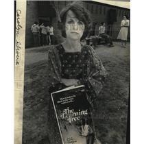 1980 Press Photo Carolyn Grove Books - spa26201