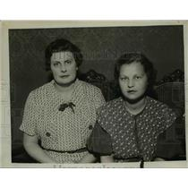 1934 Press Photo Mrs. E.L. Jones and Mrs. Charles Robinson - nef04622