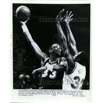 1985 Press Photo Kareem Abdul  Jabber of LA vs Roy Hinson of Cleveland