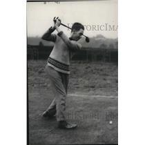 1935 Press Photo G Humphries asst pro at Hindhead golf club makes a swing