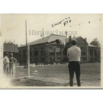1921 Press Photo Linery V Alberts in high jump competition - net12393