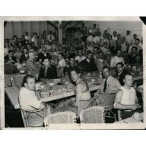 1932 Press Photo French Olympic athletes at a meal in Olympic Village LA