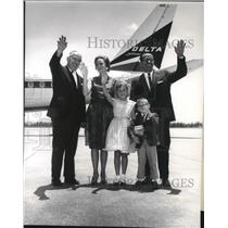 1963 Press Photo Anthony Felice, Mr and Mrs Wilbert Lewis aboard Delta Airlines
