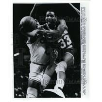 1986 Press Photo Clark Kellogg of Pacers vs Lonnie Shelton of Cavaliers