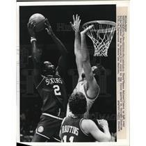 1984 Press Photo 76ers Moses Malone vs Dave Corzine of Bulls - net14820