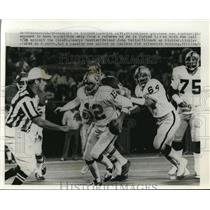 1976 Press Photo Raiders QB Ken Stabler vs Chiefs Raiders J Vella & G Buehler