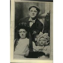 1923 Press Photo Boxer Johnny Kilbane & his young sisters - net12016