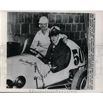 1950 Press Photo Midget auto racer in Chicago Ted Hartley & son Gene in the car