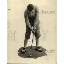 1915 Press Photo Golfer Larry Nabholtz demonstrates putting skills - net10876