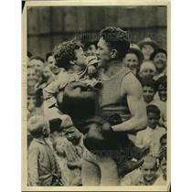 1923 Press Photo Boxer Johnny Kilbane & some children - net12602