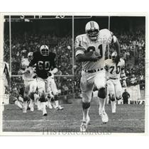 1976 Press Photo Raiders versus Patriots in football action - net14899
