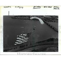 1992 Press Photo Mike Peters od Western Sport Parachute Center Unfurls Old Glory
