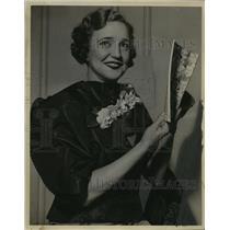 1934 Press Photo Agnes Ayres,  autographing cookbooks, Milwaukee.  - mjx01990