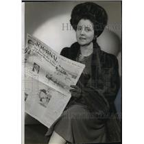 1942 Press Photo Beverly Bayne shown when she dropped into The Journal