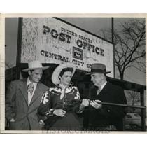 1949 Press Photo Jane Russell Presents Mayor Lenox R. Lohr with Shotgun