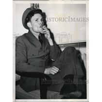 1944 Press Photo Chief Amm A.W. Welker Smokes Cigarette Putting Down Strike