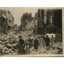 1918 Press Photo French civilians survey ruins of Chateau-Thierry, WWI