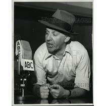 1976 Press Photo Walter Winchell on radio - mjx08341